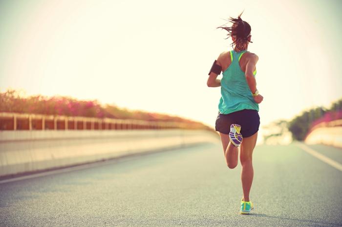 courir pour maigrir, baskets vert électrique et jaune, shorts femme, headband cheveux sportif, montre