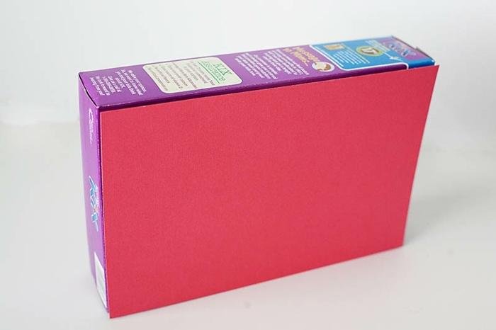 décorer une boite a cereales de papier rouge, comment faire une tirelire, premier étape tutoriel tirelire originale