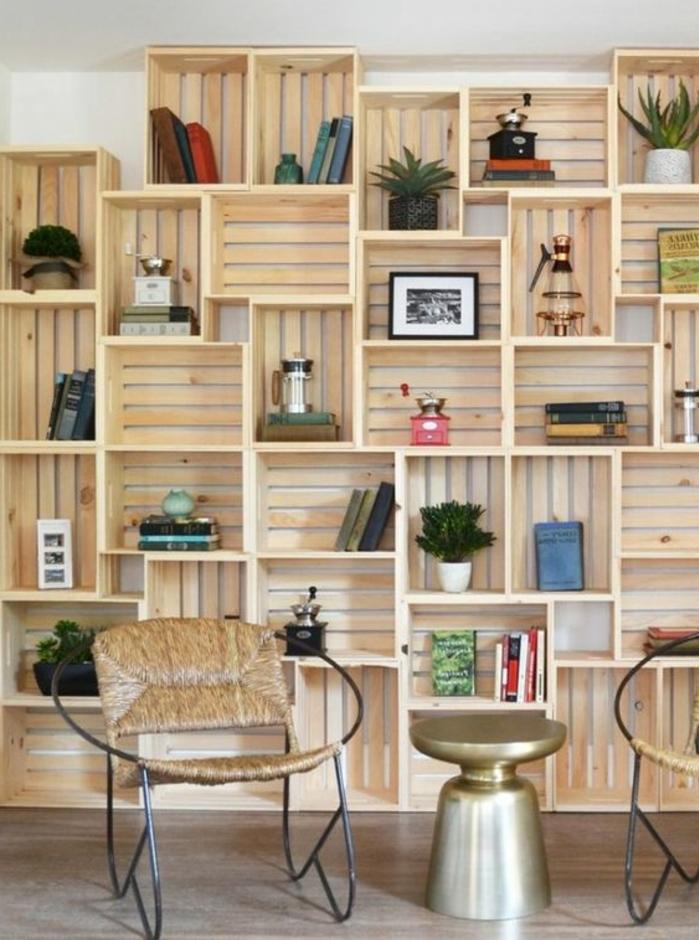 meuble en cagette, bibliothèque caisse de vin, plusieurs cagettes rassamblées pour ranger des livres, des pieces décoratives, plantes, chaises design