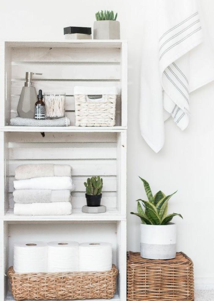 etagere cagette à trois niveaux, rangement salle de bains, rouleaux de papier toilette, serviettes de table, plantes, accessoirs salle de bain, paniers tressés