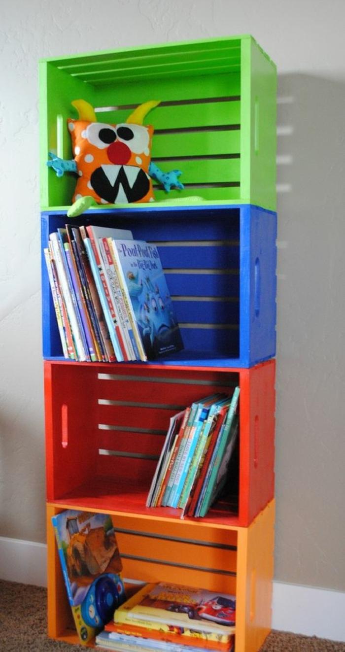 etagere cagette, plusieurs caisses repeintes de couleurs diverses et superposées, idee deco chambre enfant, rangement livres, jouets