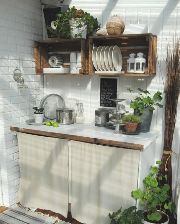 cagette bois etagere dans une cuisine assiettesm lanternes, vaisselle et ustensiles de cuisine vintage, plan de travail en bois, repeint en blanc, plantes, carrelage blanc