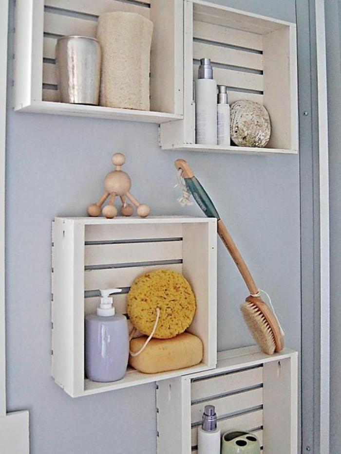 etagere cagette en bois, rangement accessoires salle de bains, produits soin corps, idée comment amenager sa salle de bain, mobilier recup