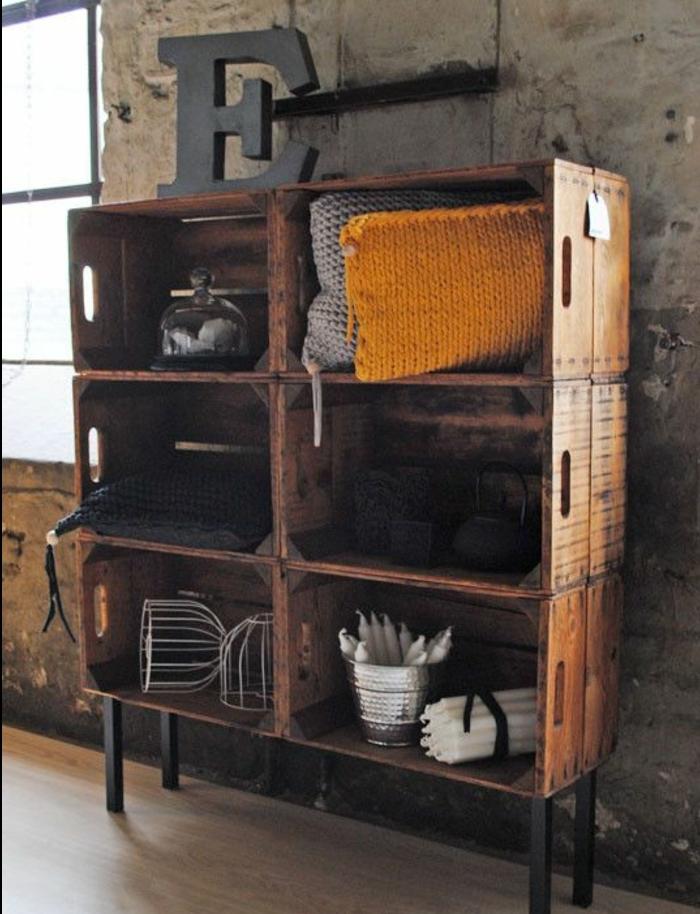 meuble en cagette, rangement coussins, bougies, décorations, grande lettre décorative, projet avec des caisses en bois