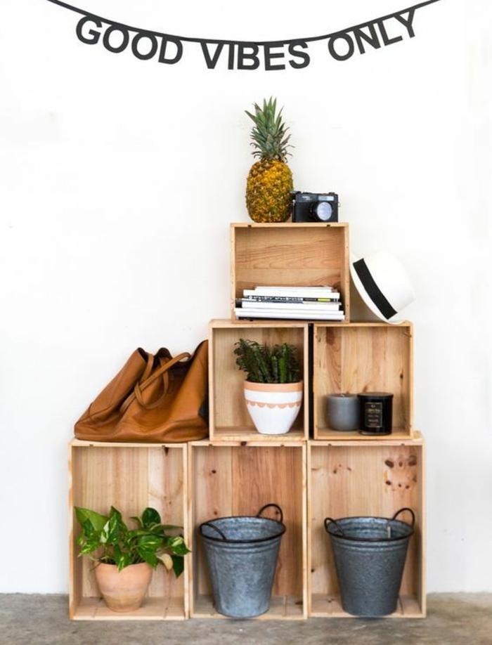 cagette en bois projet deco, plusieurs caisses rangées de maniere asymétrique, seaux vintage, pots de fleurs, plantes vertes, livres, sac à main