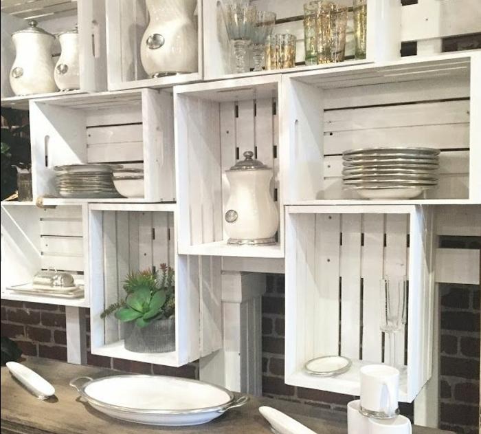 meuble en cagette, cagette bois, plusieurs caisses repeintes en blanc, vaisselle blanche, verres, assiettes, contenants, plateau, meuble asymétrique