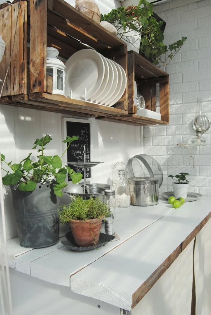 idée comment amenager une cuisine rustique, plan de travail en bois blanc, plantes, ustensiles de cuisine en inox, petit vaisselier, etagere cagette, bois brut, caisse en bois deco