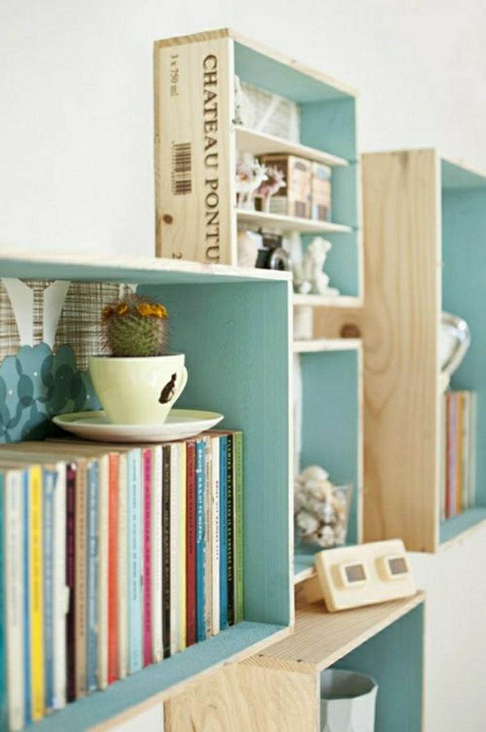 etagere cagette facile à réaliser, déco caisses de vin, rangement livres, accessoires déco vintage, composition forme intéressant, interieur en bleu, extérieur bois