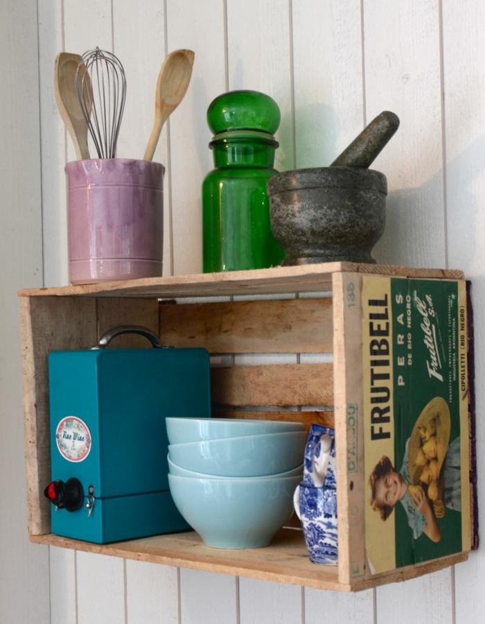 cagette en bois projet déco, customisation veille affiche publicitaire, vaisselle, ustensiles de cuisine vintage, idee deco cuisine retro chic
