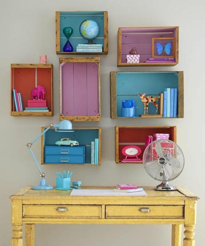 meuble en cagette, plsuieurs étagères en bois, fonds customisés à la peinture, bureau jaune vintage en bois, rangement jouets, livres accessoires deco, chambre enfant vintage