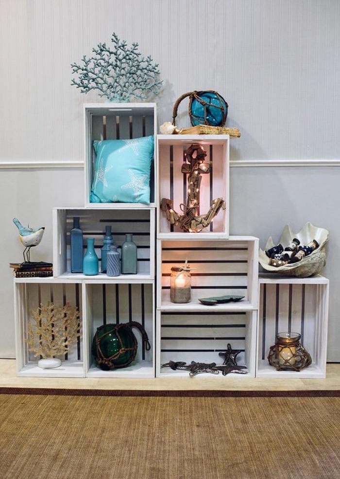 caisse en bois deco, cagette en bois projet, rangement pieces decoratives, theme borde de mer, ancre, coussins, bouteilles bleues