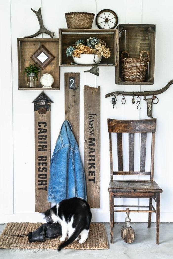 idée de décor interieur rustique chic, etagere cagette bois brut, déco vintage, patères et chaises en bois retro, chat
