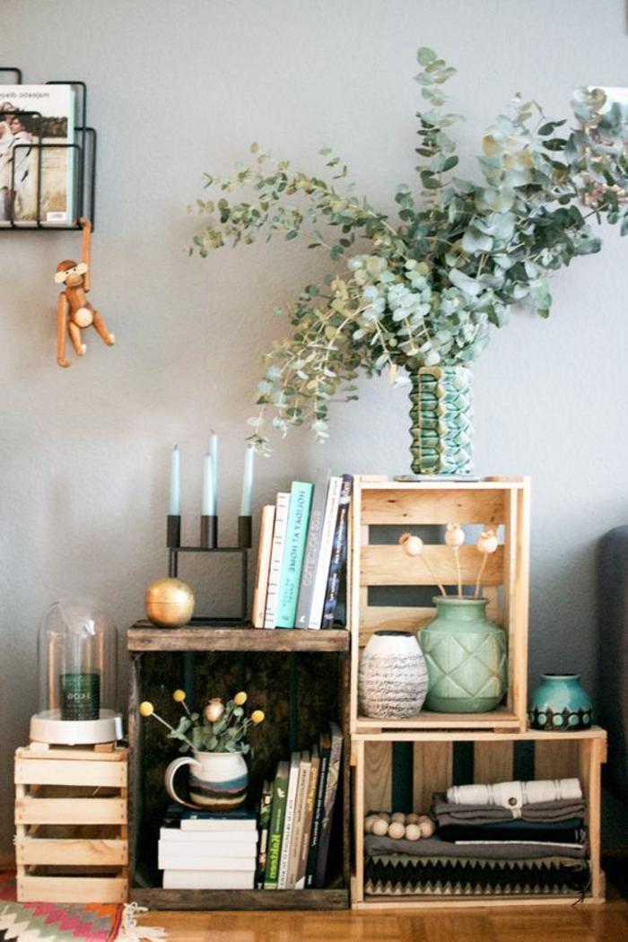 meuble en cagette, rangement par terre, plantes, livres linge maison, décorations, idée pour aménager un salon rustique chic