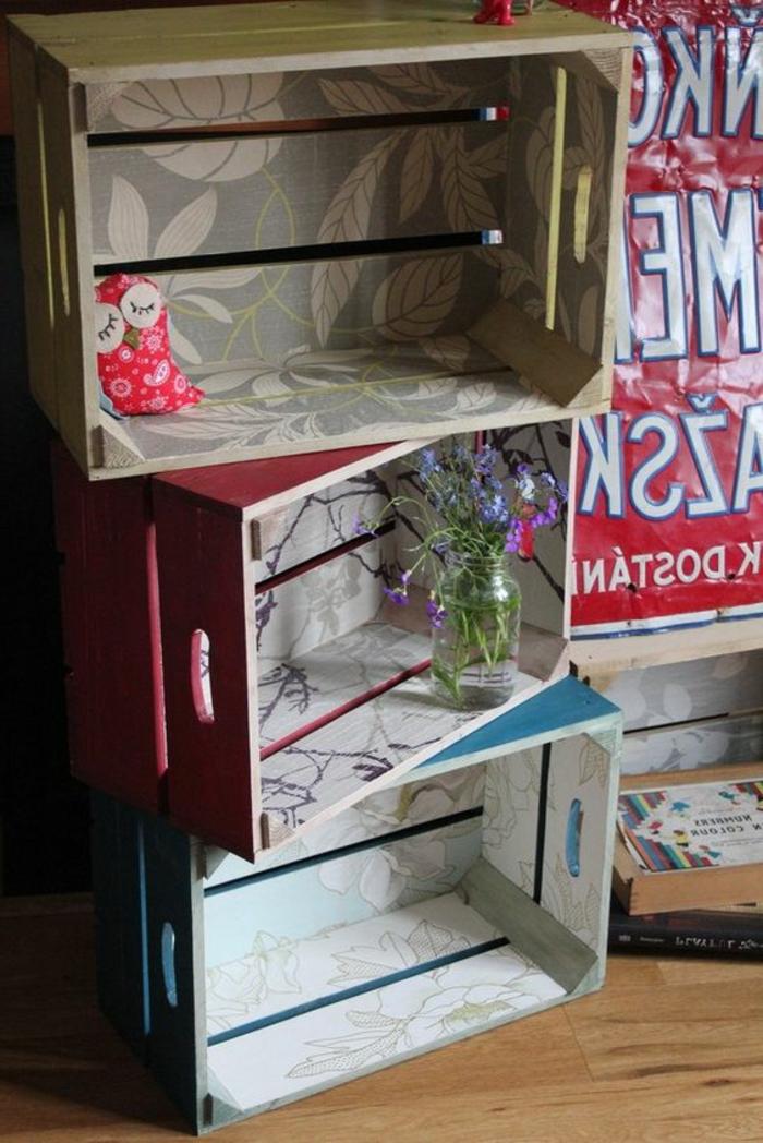 meuble en cagette, trois caisses superposées, exterieur de couleurs diverses, interieur motifs floraux, rangement, bouquet de fleurs, jouet