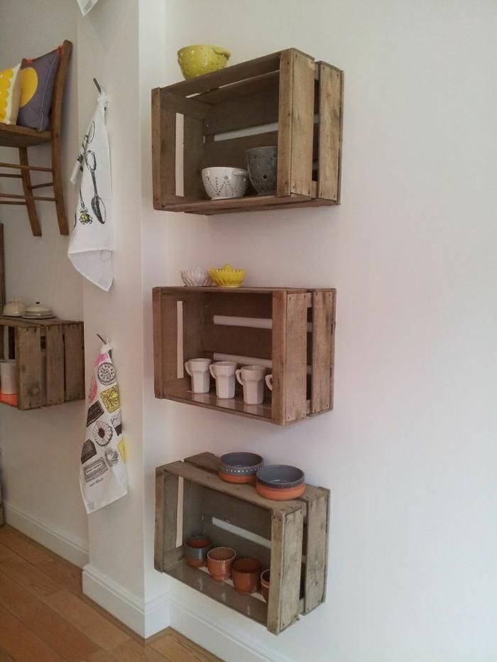 etagere cagette, vaisselier rangement tasses, coupelles, chaise accroché au mur, idée intérieur rustique chic, serviettes