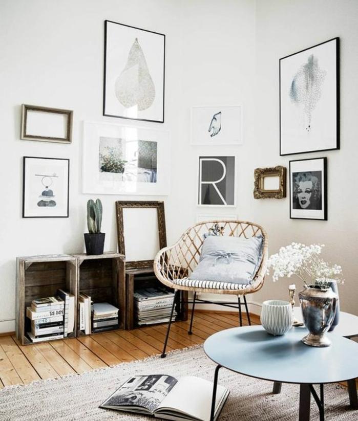 salon scansinave, deco murale, photos, dessins, oeuvres d art, tables gigognes, chaise scandinave, tapis, parquet clair, meuble en cagette pour ranger livres et magazines