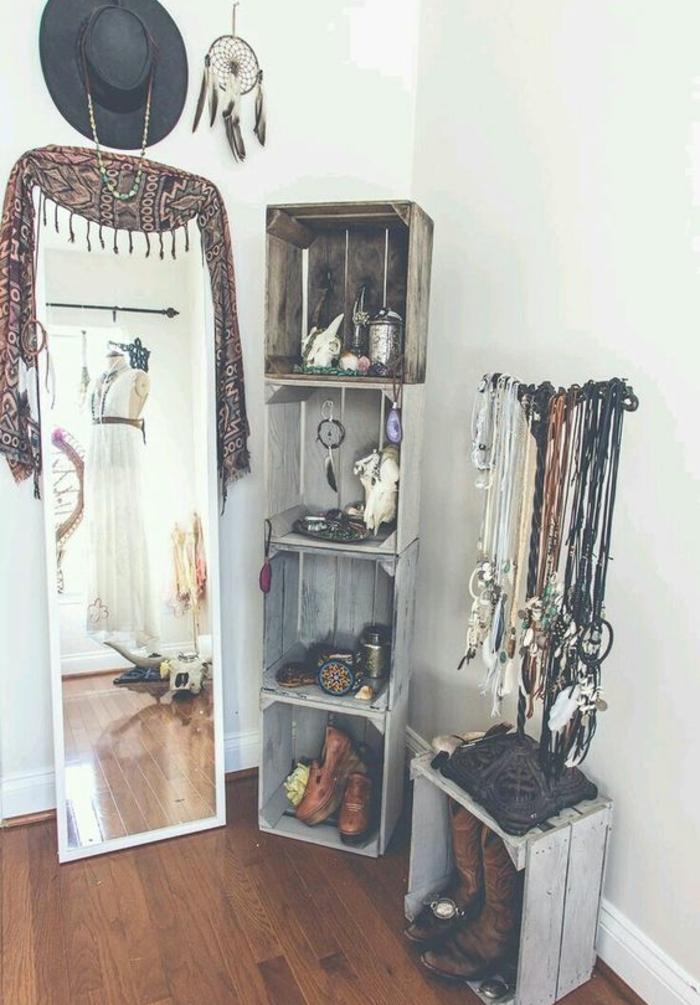 etagere cagette, rangement chaussures, accesspores deco et bijoux, attrape reve, parquet marron, grande miroir taille humaine, chapeau