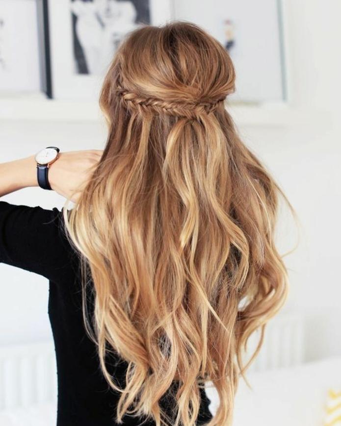 modèle de coiffure de mariage, cheveux blonds, longs à boucles légères,tresse épi de blé, egyptienne, femme contemporaine