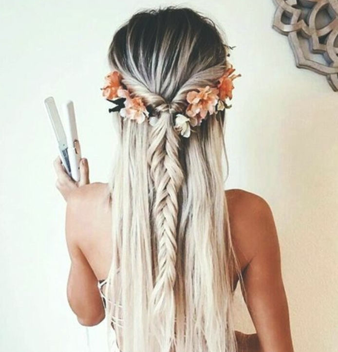 tresse epi egyptienne, cheveux blond cendré, effet ombré, chevelure longue, accessoire cheveux fleurs orange, coiffure de mariage bohème chic