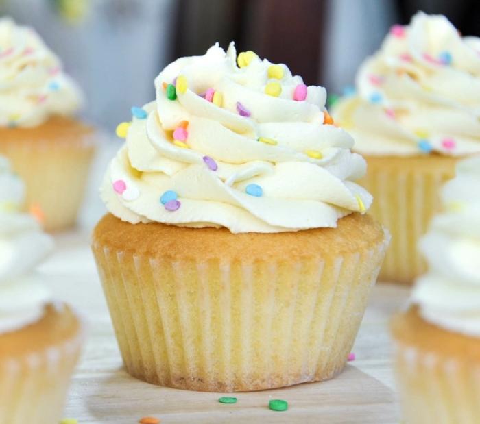 idée de recette cupcake à la vanille, comment faire un glacage cupcake au beurre et vanille, deco de petits bobnons colorés