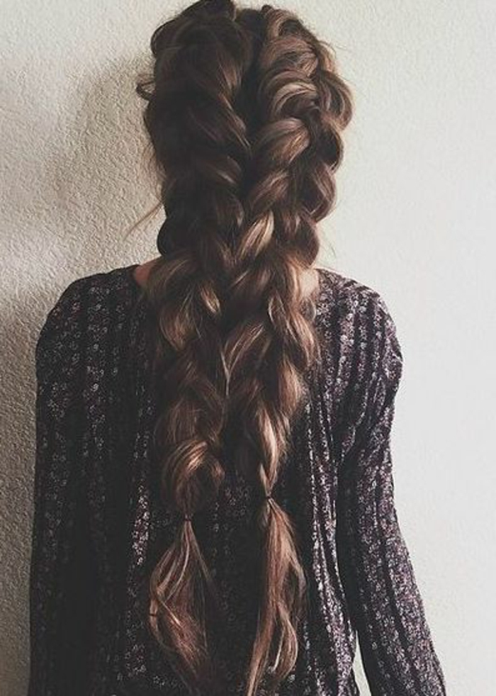 cheveux marron ultra longs, tresses collées, volumineuses, lachées, pull femme, idée comment faire des tresses soi meme, effet décoiffé