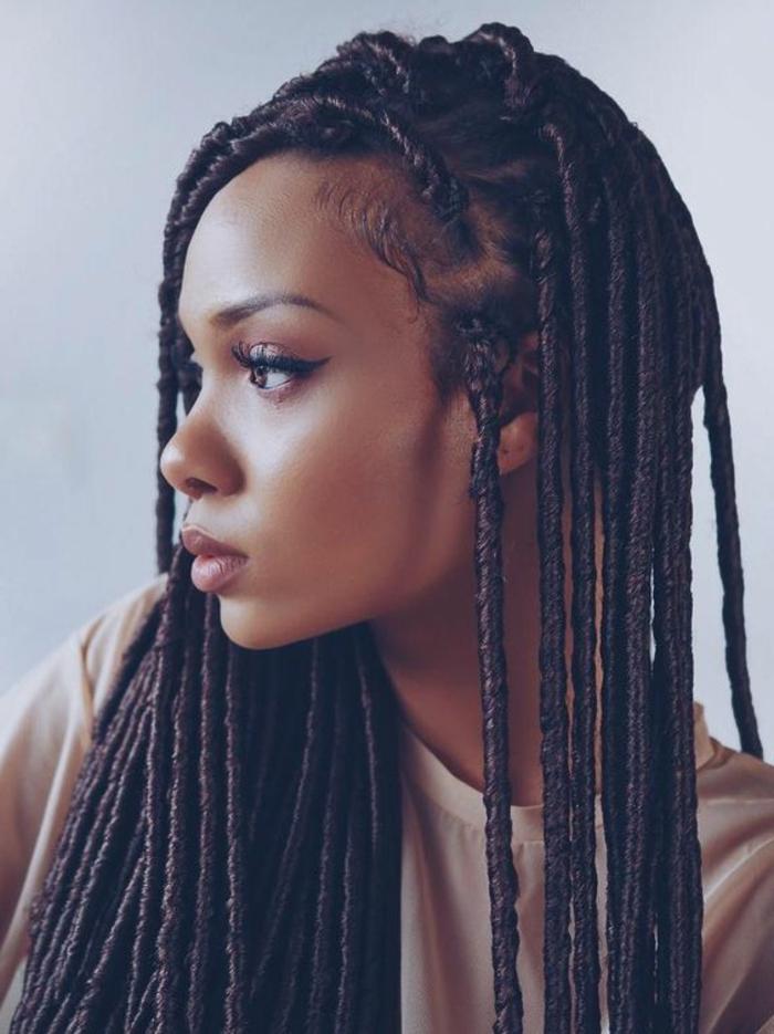 tresse africaine, cheveux crépis longs, femme afro moderne, tendance swag, idée comment faire une natte