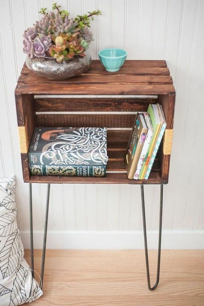 petite table de service cagette bois marron, rangement livres, pot de fleur, succulents, oreiller motifs scandinaves, parquet clair