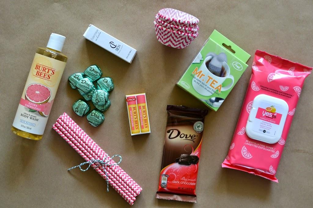 cadeau fête des mères à fabriquer, bocal, rempli de friandises, produits beauté et autres objets favoris, kleenex, baume a levres, chocolat, caissettes à muffins, batonnets aromatisés, gel douche