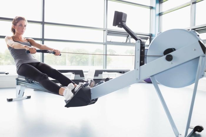 sport pour maigrir, machine à ramer, programme fitness femme, baskets blancs, legging noir