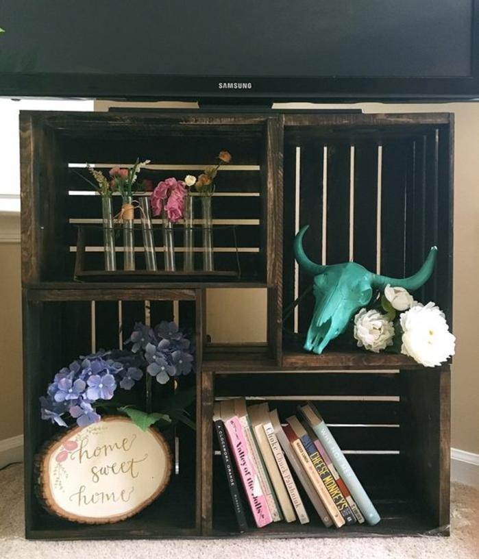 idée comment fabriquer un meuble TV en caisses en bois, accessoires décoratifs, fleurs et livres, projet deco DIY recup
