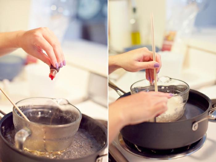 tutoriuel exemple de cadeau pour la fete des meres, faire fondre de la cire à la bain marie, ajouter des colorants et des parfums pour fabriquer des bougies aromatisées