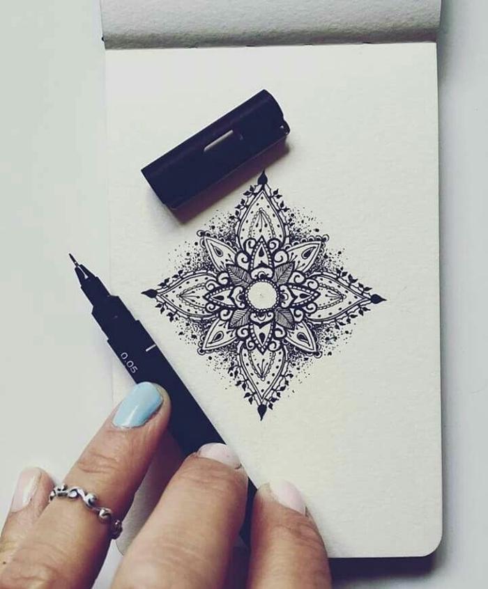 mandala facile a faire, agenda, manucure nude et bleu, bague en argent, crayon noir