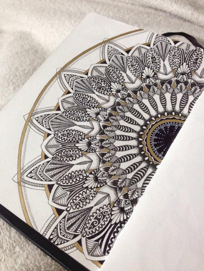 mandala facile a faire, contours en or, faire un mandala, nappe blanche, cahier couverture