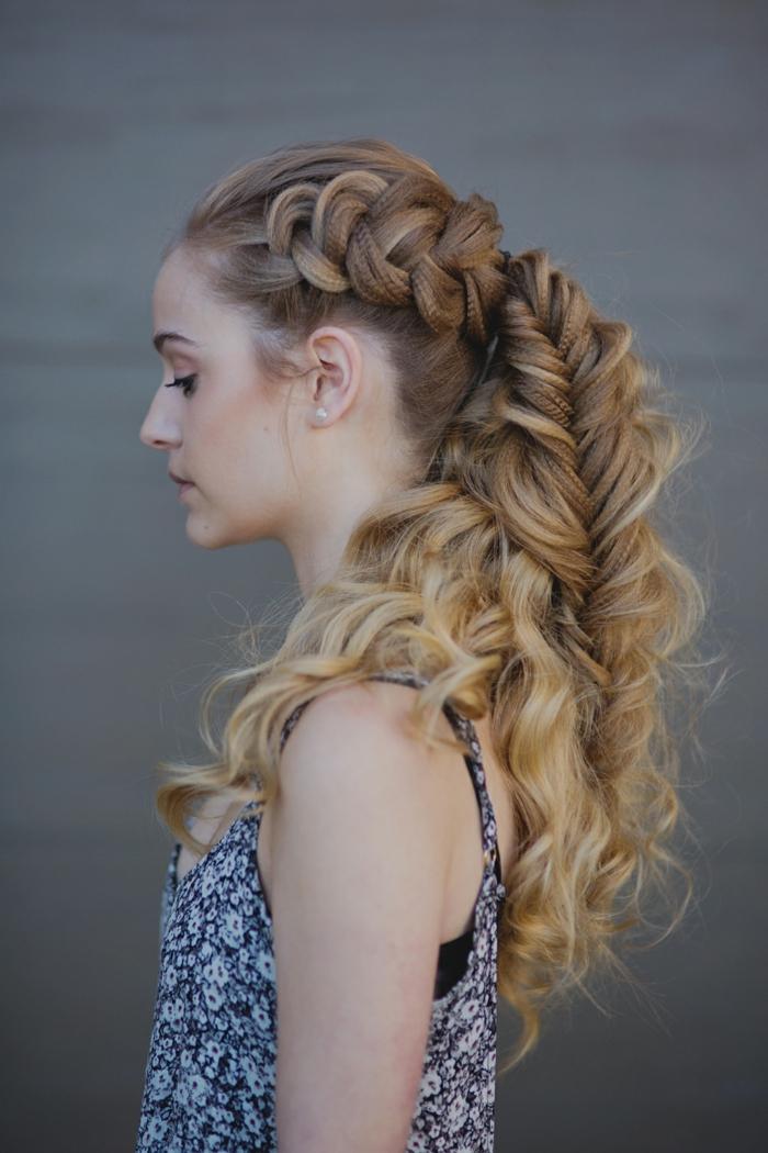 coiffure viking, débardeur bleu à fleurs blanches, perles, maquillage naturel, cheveux longs bouclés