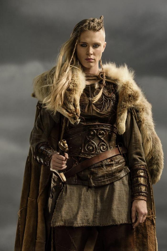 tresse viking, manteau en simili fur, cheveux rasés sur le côté, ceinture celtique