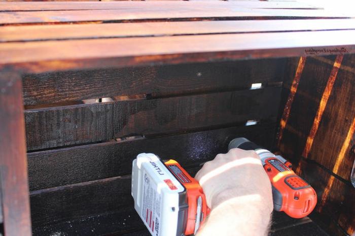 meuble en cagette, tutoriel pour fabriquer une table basse en caisses de bois, visser les caisses ensemble