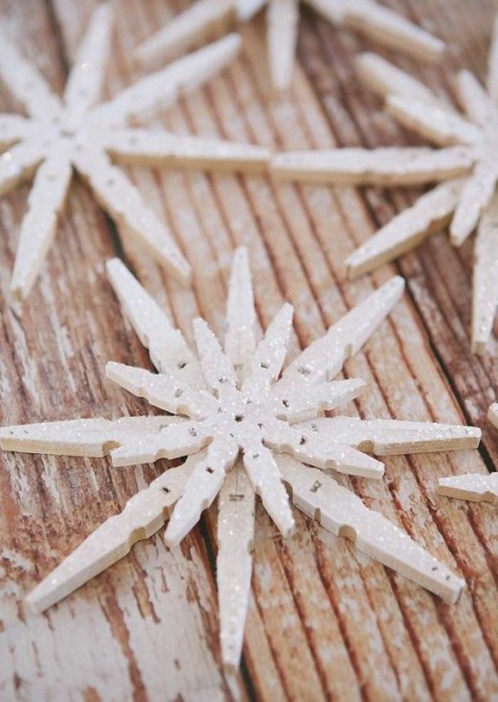 joli flocon de neige scintillant fait avec des pinces à linge bois, décoration de noël à faire soi-même, que faire avec des pinces à linges en bois