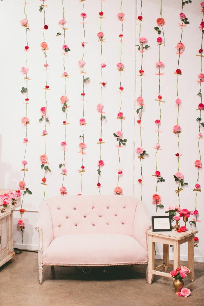 joli décor de photomaton mariage en rose, décoration murale en guirlandes de fleurs