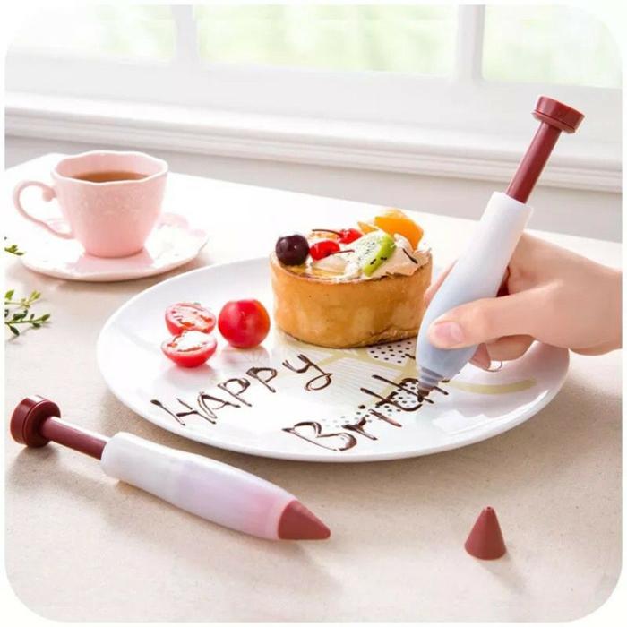 Presentation desserts assiette dessert avec chocolat crayon pour décorer