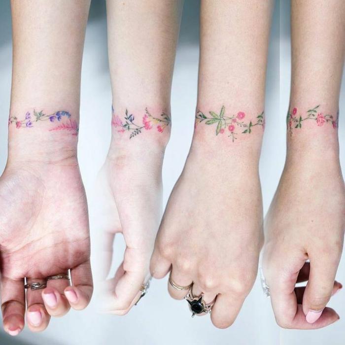 Magnifique tatouage petite fleur tatouage couronne poignet