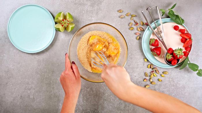 fouetter les oeufs et le sucre cassonade comment faire nougat glacé dessert glacé simple et rapide idée cuisine originale dessert sucré