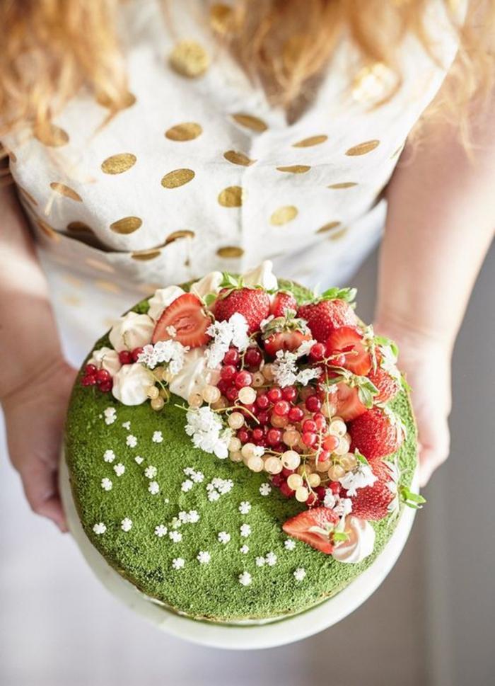 Beau gâteau aux fruits rouges manger bouger bon comme jardin