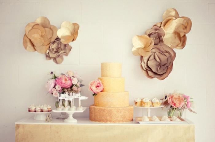 bar à bonbons mariage, cupcakes, sucettes de gateau, decoration bouquets de fleurs, deco de fleurs en papier doré, gateau de mariage à étages