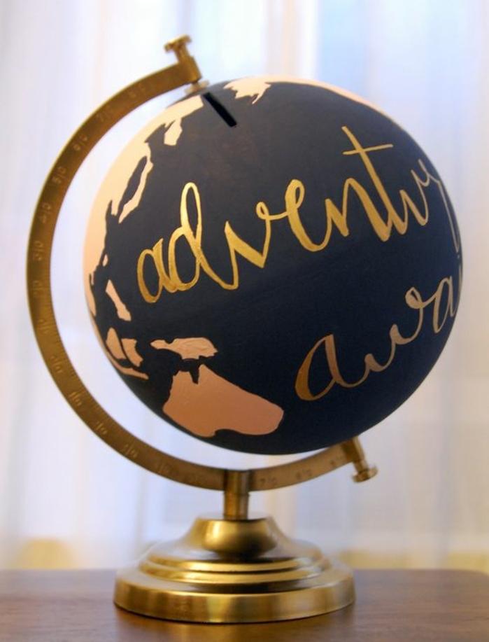 globe terreste customisé avec de la peinture noire, dessin peinture dorée, pochoir continents, économiser pour faire un voyage
