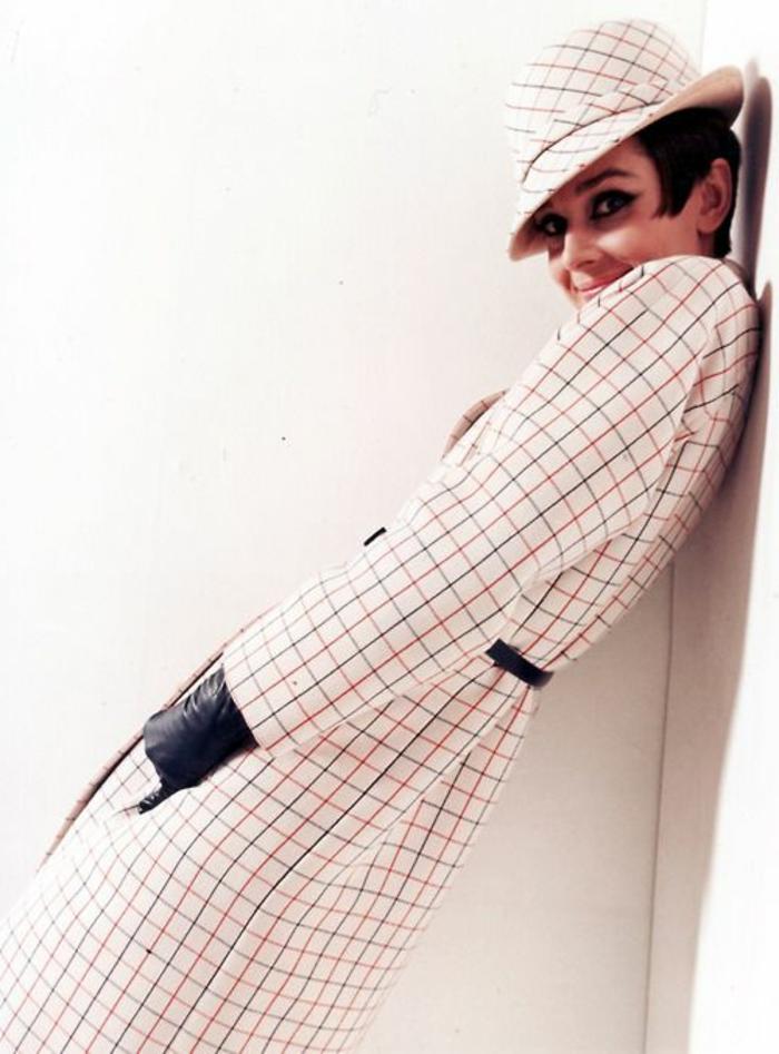 habit année 60, Audrey Hepburn portant un costume carré et un chapeau feutre