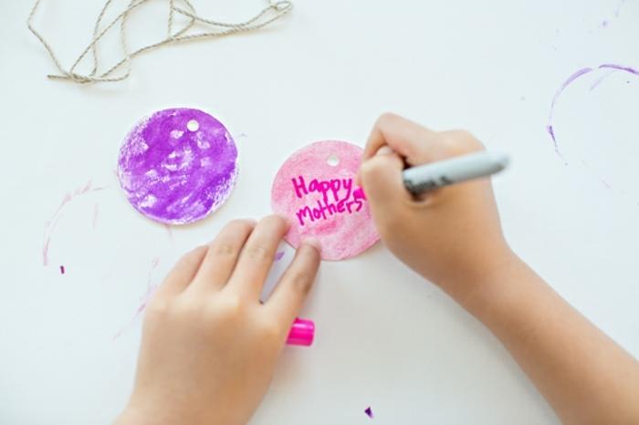 cadeau fete des meres, étiquette cadeau personnalisée à faire pour sa maman, feutres, cadeau fête des mères à fabriquer