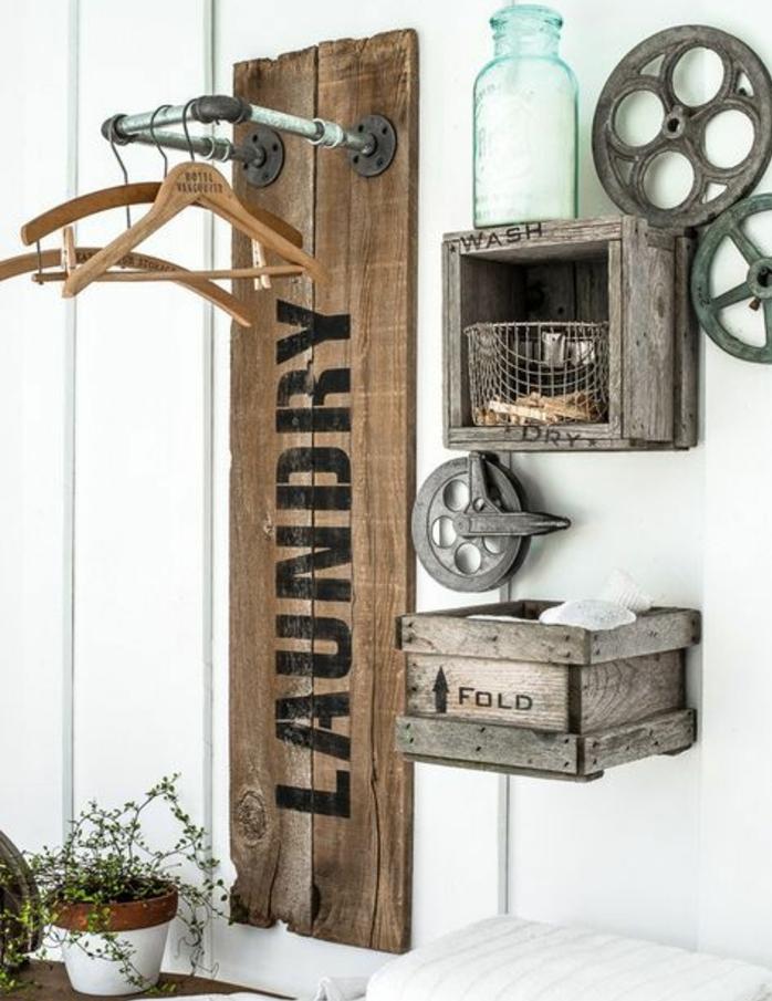 çagette en bois brut, rangement, decoration engrenages, patere en bois rustique, plante, idee comment amenager une entree maison vintage rustique