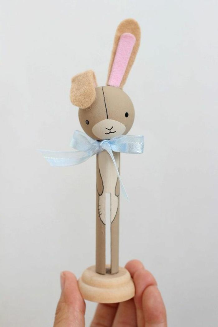 une pince à linge bois vintage transformée en jolie figurine lapin