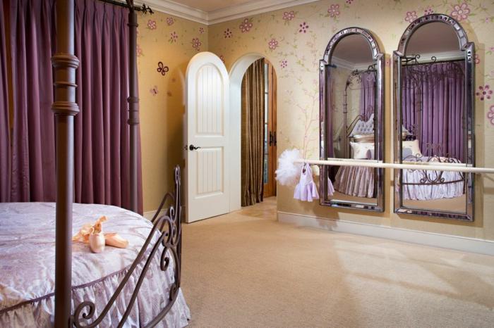 amenagement chambre, rideaux violets, cadre lit en bois, décoration des murs en fleurs, grand miroir