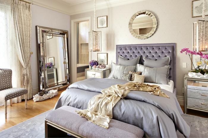 deco chambre, parquet stratifié, grand miroir rectangulaire, miroir rond, linge de lit gris, rideaux longs